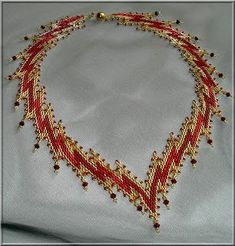 This piece reminds me of Wonder Woman Bead Embroidery Jewelry, Beaded Jewelry Patterns, Beading Patterns, Seed Bead Necklace, Beaded Necklace, Necklaces, Seed Beads, Collar Redondo, Jewelry Crafts