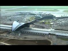 El edificio de la estación Satolas Lyon está realizado principalmente en hormigón y acero y fue diseñado por el arquitecto español Santiago Calatrava. Su coste fue de 750 millones de francos franceses.  La estación cuenta con seis vías. Las dos centrales se encuentra aisladas para permitir el paso de los trenes que no se detienen a 300 km/h.