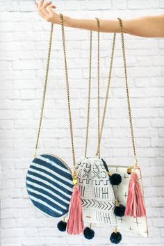 With a playful pattern and stylish tassels and pom pom charms, these bags transition perfectly from daytime into the night. Diy Sac, Diy Handbag, Boho Bags, Handmade Bags, My Bags, Bag Making, Purses And Handbags, Crochet Bags, Fashion Bags