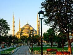"""Super cosmopolita, Istambul é a maior cidade da Turquia (mas não a capital do país, que se chama Ancara) e um dos destinos mais interessantespara turistas de todo o mundo. Entre suas atrações imperdíveis estão antigasresidências desultões e suntuosas mesquitas. Prontos para explorar Constantinopla? Museu de Santa Sofia (Ayasofya) A Yelper Juliette J.vai direto ao...<br /><a class=""""more-link""""…"""