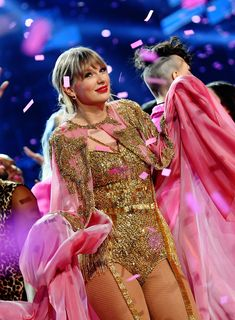 Here's All the Proof You Need That Taylor Swift Had the Best Time at the 2019 American Music Awards Estilo Taylor Swift, Taylor Swift Concert, Taylor Swift Hot, Red Taylor, Stage Outfits, Fashion Outfits, Miss Americana, Taylor Swift Wallpaper, Taylor Swift Pictures