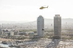 SEAT muestra el Arona por primera vez desde el aire    MARTORELL España Junio 2017 /PRNewswire/ -El público contempla en primicia el nuevo crossover colgado de un helicóptero a 300 metros de altura. El Arona se presentará hoy en Barcelona continuando con la mayor ofensiva de producto de la historia de SEAT. Por los aires y colgado de un helicóptero. Así es cómo SEAT ha mostrado por primera vez su nueva creación el Arona. Y lo ha hecho en Barcelona la ciudad natal de la marca y donde el…