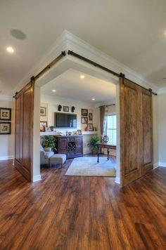 Креативная двустворчатая раздвижная дверь из двух цельных кусков древесины.