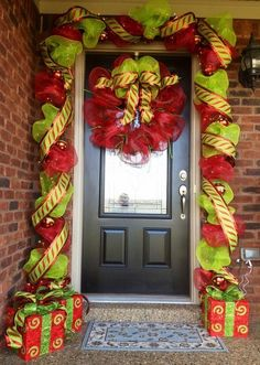 Check Out 21 Christmas Door Decorations Ideas You Should Try. Need inspiration for your front door decoration,here are some great christmas door decoration ideas for you. Noel Christmas, Outdoor Christmas, Christmas Projects, All Things Christmas, Winter Christmas, Christmas Ideas, Christmas Entryway, Holiday Ideas, Green Christmas