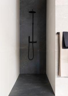 Douglas & Jones One by One - UW-vloer. Black Tile Bathrooms, Narrow Bathroom, Master Bathroom, Bathroom Inspo, Bathroom Inspiration, Douglas Jones, Bad Inspiration, Black Shower, Modern Shower