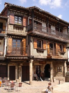 La Alberca, Salamanca Spain - Looks like the Wild West, Eurostyle. Beautiful Buildings, Beautiful Places, Voyage Europe, Destination Voyage, Aragon, Spain And Portugal, Spain Travel, Travel Around, Wonders Of The World