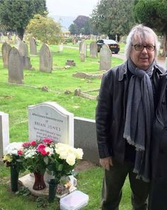 Former Rolling Stones bass player, Bill Wyman visits the grave of his old band mate Brian Jones, Cheltenham England, July 2017 Brian Jones Rolling Stones, Rolling Stones Logo, Bass Player, Bill Wyman, Rollin Stones, Ron Woods, Charlie Watts, Famous Graves, British Rock