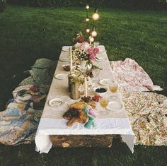Al Fresco dining - a backyard picnic dinner Backyard Picnic, Backyard Seating, Backyard Parties, Garden Parties, Boho Home, Deco Floral, Low Tables, Summer Picnic, Night Picnic