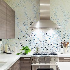 pattern wallpaper flowers in your kitchen may provide an enormous visual punch in even small doses with pattern, colour and texture. Home Kitchens, House Styles, Kitchen Remodel, Kitchen Backsplash, House Design, Sweet Home, Kitchen Interior, House Interior, Gorgeous Backsplash