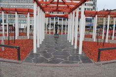 Oriveden Tumma verhouskivi XL on näyttävä pinnoitemateriaali tukimuureihin, seiniin ja lattioihin.