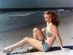 1947 Marilyn in blue bikini by Laszlo Willinger. To the beach.