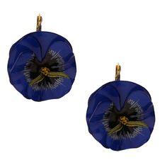 Durch das dunkle Blau passen sich die auffällig designten Hängeohrringe Milli jedem Outfit an. Gerne zum Casual sowie zum Chicen Look getragen !…