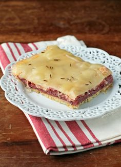 This easy Reuben Casserole has all the flavors you love from the sandwich in a lightened up oven bake! Just 265 calories or 7 WW Freestyle SmartPoints. Skinny Recipes, Ww Recipes, Dinner Recipes, Dinner Ideas, Sauerkraut, Corned Beef In Oven, Reuben Casserole, Sandwiches