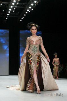 http://www.lovelytoday.com/trendlifestyle/2014/02/24/20919/perpaduan-kebaya-dan-kain-dekorasi-bali-pada-show-anne-avantie