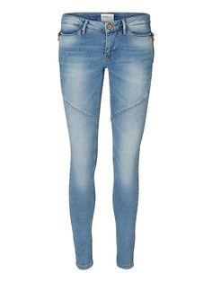 Vero Moda Denim - Flashy-Slim-Fit-Jeans. - Dehnbare Qualität mit niedriger Taille. - Klassische Taschen an der Rückseite. - Taillenbund mit Gürtelschlaufen. - Reißverschlusstaschen an der Vorderpartie. - Reiß- und Knopfverschluss vorn. - Naht-Details mit lässigen Abrasionen. - Das Model ist 180 cm groß und trägt Größe 27/32.   98% Baumwolle, 2% Elasthan...