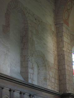 9) EGLISE DE ST-BENOÎT (86)- LE BATIMENT: .. et par là se rapprochent notamment des églises cisterciennes, mais aussi de la proche abbaye de chanoines réguliers de Fontaine-le-Comte. Le plan en croix latine (nef unique, abside en hémicycle, transept avec absidioles) est celui des abbatiales ou prieurales de moyenne importance. L'élévation N de la nef a des portions d'appareil réticulé et une fenêtre est entourée d'un cordon de billettes; des modillons divers portent la corniche.