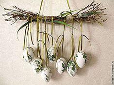 12 Egg~cellent Crafts For A Fabulous Easter - HomelySmart - Dekorace, které Vám nezaberou žádné místo: nádherných nápadů na jarní dekorace, které jen zavěsíte! Diy Osterschmuck, Egg Carton Crafts, Diy Easter Decorations, Diy Ostern, Deco Floral, Craft Day, Egg Art, Egg Decorating, Easter Wreaths