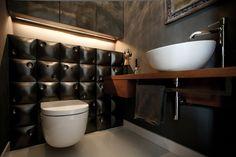 łazienka, mała łazienka, czarna łazienka, drewno w łazience, elegancka łazienka. Zobacz więcej na: https://www.homify.pl/katalogi-inspiracji/23100/czern-i-drewno-ponadczasowe-klasyki-do-twojego-mieszkania-i-domu