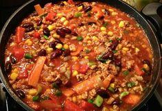 Veganes Chili con Carne -Kidney Bohnen -dicke Bohnen (in Tomatensoße) -Mais -Erbsen -Tomatenmark -passierte Tomaten -Tomaten -Letscho -Paprika -Poree -Zwiebeln -Knoblauch -Sojagranulat -evtl. Sojamilch
