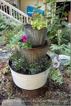 Oh My DIY: Vintage bucket planter Flower Tower, Barrel Planter, Pot Jardin, Lawn And Garden, Garden Planters, Dream Garden, Garden Projects, Amazing Gardens, Garden Inspiration