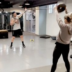 Stemily Working Out! Arrow Oliver And Felicity, Arrow Tv Series, Stephen Amell Arrow, Arrow Cast, The Flash Grant Gustin, Dc Tv Shows, Team Arrow, Emily Bett Rickards, Supergirl And Flash