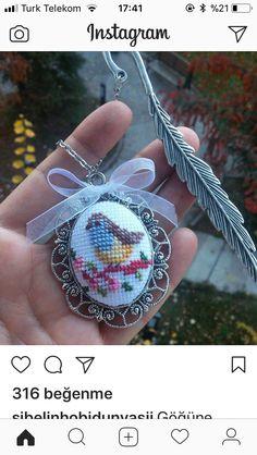 Small Cross Stitch, Butterfly Cross Stitch, Cross Stitch Bird, Cross Stitch Designs, Cross Stitching, Cross Stitch Patterns, Wool Embroidery, Embroidery Jewelry, Hand Embroidery Patterns