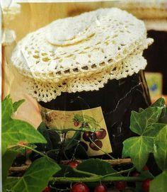 Jampot deksel haken met gratis haakpatroon is een origineel cadeau. Helemaal persoonlijk als je ook nog de jam zelf hebt gemaakt. Het gehaakte dekseltje Little Things, Little Gifts, Crochet Home, Knit Crochet, Crochet Embellishments, Jar Lids, Crochet Stitches, Diy And Crafts, Knitting