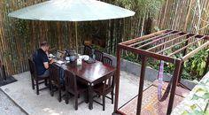 """Big Tree Cafe [Luang Prabang, Laos] Já passou a ser óbvio que as cafeterias são nossos lugares preferidos para trabalhar enquanto viajamos, certo? É que esses ambientes costumam ter um clima gostosinho, música agradável, comidinhas e bebidinhas à mão e tranquilidade – tudo o que valorizamos para uma sessão """"foco no trampo"""". Mesmo assim, tentamosContinue Lendo"""