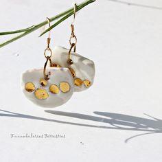 Boucles demies-sphères, porcelaine émail or, elles se balancent doucement pour frôler votre cou Demi Sphere, Pearl Earrings, Drop Earrings, Creations, Pearls, Jewelry, Art Crafts, Porcelain, Locs