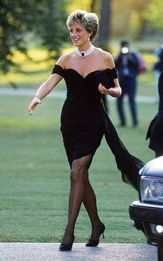 Princess Diana on the day Prince Charles admitted publicly to his affair Lady Diana, Princess Diana Dresses, Princess Diana Fashion, Gwyneth Paltrow, Blazer Kaki, Jeans Skinny Blanc, Pretty Woman, Glamour Mexico, Prince Charles And Diana