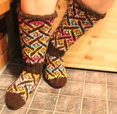 Siksakaten: Villitys-kirjoneulesukat Knitting Socks, Knit Socks, Leg Warmers, Mittens, Legs, Crochet, Ankle, Diy, Fashion