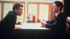 David Lynch and Kyle MacLachlan on the set of <i>Twin Peaks</i>. Kyle Maclachlan, Laura Palmer, Movie Blog, 90s Movies, David Lynch, Twin Peaks, Best Tv Shows, Photos, Entertaining