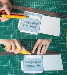 Oi criativas, hoje trouxe um cartãozinho bem fácil de fazer! Vocês já devem ter visto essa ideia por aí, um cartão deslizante no qual você puxa uma pequena aba e o casal fica juntinho.♥  MATERIAIS    Tesoura e/ou estilete Molde Fita dupla face (não é obrigatória) Foto ou ilustração do casal (os meus fiz neste site) Cola Régua   MOLDE    1 - Recorte o molde  2 - Recorte este quadradinho com um estilete:  3 - Dobre as abas  4 - Marque com lápis nesta abertura para centralizar a tag &quot...