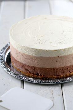 Herkullinen kolmen suklaan juustokakku syntyy vaivattomasti ilman liivatetta. Kakun pohjassa on voin sijasta valkosuklaata antamassa ihanaa makua. No Bake Desserts, Delicious Desserts, Dessert Recipes, Yummy Food, Sweet Pastries, Piece Of Cakes, Let Them Eat Cake, Yummy Cakes, No Bake Cake
