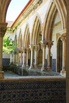 12 jours au #Portugal, de Lisbonne à #Porto - via Voyager en Photos 19.06.2015 | La durée idéale pour une première immersion dans ce pays magnifique au patrimoine incroyable. 12 jours pendant lesquels nous avons enchaînés les visites de sites classés au Patrimoine Mondial de l'Unesco : Lisbonne, Sintra, Tomar, Coimbra, Porto, Batalha et Alcobaça, tout en se permettant quels instants de farniente à la plage pour nous remettre de tout cela ! #voyage #travel #tips Photo: couvent du christ de…