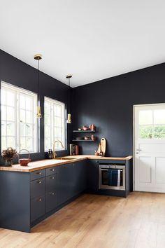 Årets farve 2018 hedder Black Flame og er en flot dyb mørk blå f . Black Kitchen Cabinets, Kitchen Cabinet Colors, Painting Kitchen Cabinets, Black Kitchens, Kitchen Layout, Home Kitchens, Home Decor Kitchen, Interior Design Kitchen, Country Kitchen