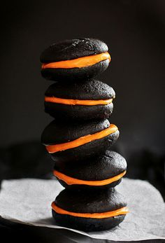 Great for parties, Halloween themed black and orange whoopie pies. http://sweaterweatherspice.tumblr.com/post/33750872338