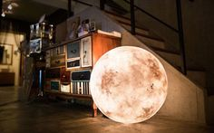 Die Mondlicht-Lampe Luna taucht Mohnräume in sanftes Licht. In 7 verschiedenen Grössen sorgt diese Design-Lampe in jedem Wohnbereich für magisches Ambiente.