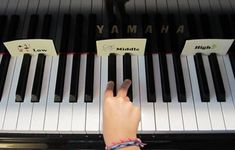 a first piano lesson, including links to free printables #LearningPiano