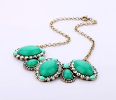 Luxurious Pendant Necklace With Green Pendants