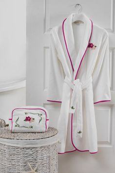 A szép LILY női fürdőköpenyt 10%-os fésült pamutból gyártották. Ezt a díszesen csomagolt fürdőköpeny tökéletes kényelmet kínál.