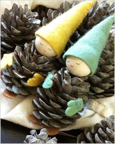 25 Pine Cone Crafts Have an abundance of pine cones this fall? Check out these 25 pine cone crafts and put them to good use! Pinecone crafts for the holidays. Noel Christmas, Homemade Christmas, Christmas Garden, German Christmas, Father Christmas, Winter Christmas, Christmas Projects, Holiday Crafts, Holiday Decorations