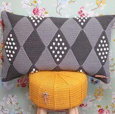 Crochet Cord, Love Crochet, Diy Crochet, Crochet Pillow Cases, Crochet Pillow Pattern, Crochet Gratis, Quilted Pillow, Crochet Fashion, Patch