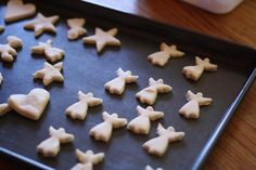 Christmas ornaments on cooking tray Crea Fimo, Salt Dough, Tray, Christmas Ornaments, Cooking, Desserts, Food, School, Dragon Flies