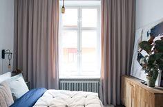 Huvudregeln för gardiner är: Alltid från tak till golv. Då leker du med intrycket att både fönstret- och rummet är större, dessutom upplevs takhöjden som högre. Satsa på rejäla gardiner som mörklägger ordentligt. Mattan och gardinerna gör även att ljudet i rummet dämpas.