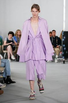 Loewe Menswear collection spring-summer 2020 photo - Vogue UA Loewe Menswear collection spring-summer 2020 photo - Vogue UA Always aspired to learn to knit, nonetheless uncertain how. Fashion 2020, Runway Fashion, Fashion Brands, Fashion Show, Womens Fashion, Fashion Designers, Purple Fashion, African Fashion Dresses, Loewe