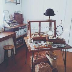 実は上のスペースは、本当にお店のようにデスク1つを使ってディスプレイされているんです。空いたスペースを利用しがちだけど、お部屋の主役として飾れば、こんなにおしゃれな空間になるんですね。