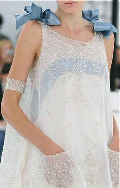 Spring/Summer 2005 Couture This Chanel haute couture S/S 2005 dress features similar layers and shape to the Ashes 'Toybox' dress.This Chanel haute couture S/S 2005 dress features similar layers and shape to the Ashes 'Toybox' dress. Couture Mode, Style Couture, Couture Details, Fashion Details, Look Fashion, Couture Fashion, Runway Fashion, High Fashion, Fashion Design