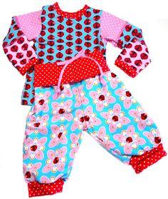 Summerdream-Kollektion Schnittmuster: Wendehose: Zwergenverpackung 1 mit Taillenbund Shirt: Zwergenverpackung 2 Jacke : Shirt Zwergenverpackung 2, als Jacke vorne geteilt zugeschnitten Stickdatei: Summerdream (Design: CherryPicking) via Huups