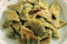Testaroli con il pesto Gourmet Recipes, Pasta Recipes, Slow Food, Gnocchi, Spanakopita, Allrecipes, Catering, Seafood, Yummy Food